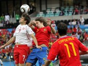 Spaniens Puyol im Kopfballduell gegen Barnetta (li.)