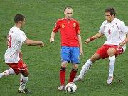 Iniesta wird von Derdiyok und Huggel in die Mangel genommen.