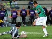 Fußball, WM: Javier Hernandez umkurvt Hugo Lloris