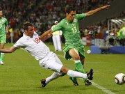 Fußball, Weltmeisterschaft: Englands Carragher grätscht den Algerier Matmour ab.