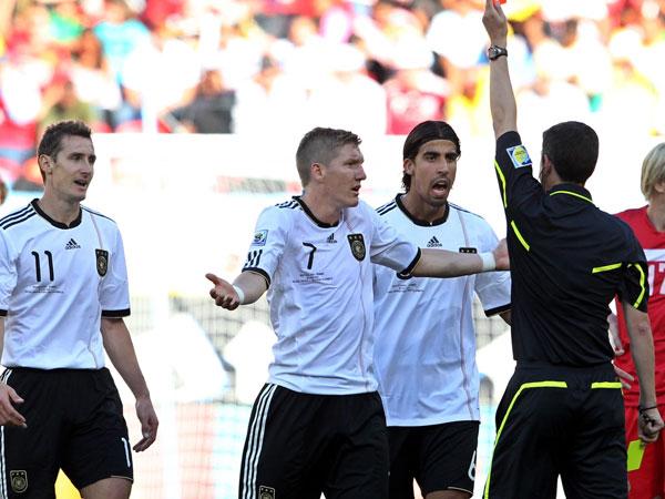 Referee Undiano zückt die Ampelkarte gegen Klose