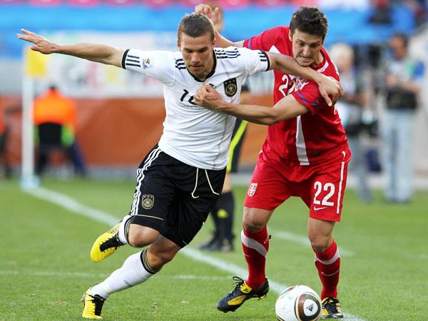 Podolski (li. ) gegen Kuzmanovic