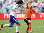 Yuji Nakazawa vs. Wesley Sneijder (re.)
