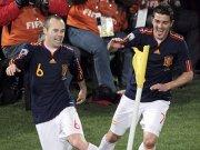 Fußball, WM in Südafrika: Andres Iniesta und David Villa (r.) jubeln