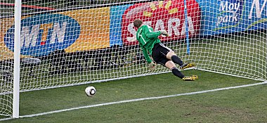 Manuel Neuer sieht dem Ball hinterher