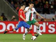 David Villa (li.) im Duell mit Portugals Pepe.