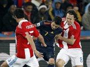 Spaniens David Villa wird von Viktor Caceres und Edgar Barreto (re.) in die Mangel genommen.