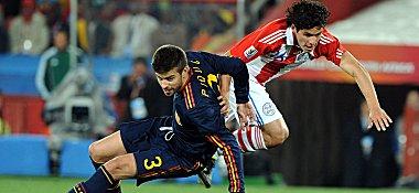 Spaniens Gerard Piqué im Duell mit Cristian Riveros (re.).