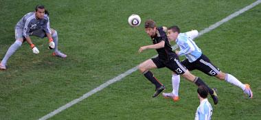 Thomas Müller nickt zum 1:0 ein