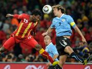 Ghanas Vorsah und Uruguays später verletzt ausgeschiedener Kapitän Lugano im Streit um die Lufthoheit.