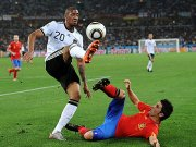 Deutschlands Boateng im Duell mit David Villa (re.)