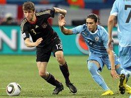 Thomas Müller (li.) und Uruguays Martin Caceres
