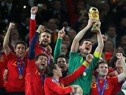 Erstmals Weltmeister: Die Spanier jubeln, Casillas mit dem Pokal.