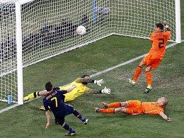 Fußball, Weltmeisterschaft. Der Spanier David Villa scheitert an Stekelenburg und Heitinga.