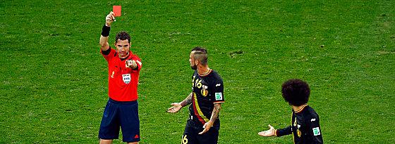 Rot und raus: Defour (Mitte) wird von Schiedsrichter Williams des Feldes verwiesen.