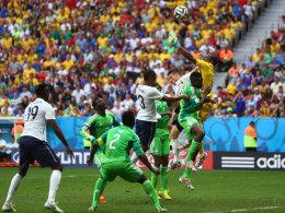 Der starke Nigeria-Schlussmann Vincent Enyeama bekam die Kugel einmal nicht zu fassen - Paul Pogba (li.) bedankte sich.