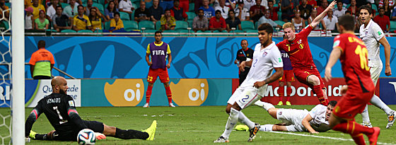 Nach Vorarbeit von Lukaku trifft de Bruyne (#7) zum 1:0 für Belgien.