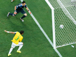 Thiago Silva versenkt das Sportgerät zum 1:0.