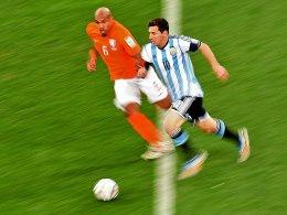 Wie ein lästiger Hund: Nigel de Jong folgte Lionel Messi auf Schritt und Tritt.