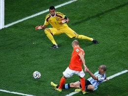 Großchance in letzter Minute vereitelt: Javier Mascherano blockt den Schuss von Arjen Robben ab.