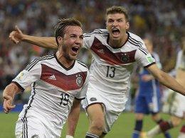 Grenzenloser Jubel: Mario Götze feiert sein goldenes Tor, Thomas Müller rauscht zum Gratulieren heran.
