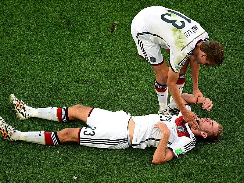 Kramer liegt am Boden, Müller kümmert sich um seinen Kollegen.