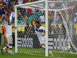 Wer hat's geschossen? Davide Astori (re.) bugsierte den Ball beim 1:0 der Azzurri über die Linie.