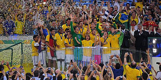 Brasilianische Helden: Die Sele�ao feiert den Confed-Cup-Sieg.