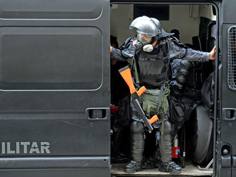 Mittlerweile sind Bilder von schwerbewaffneten Polizisten rund um die Confed-Cup-Spiele der Normalfall. Das war auch am Sonntag beim Finale in Rio de Janeiro so.