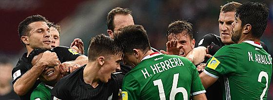 Ryan Thomas (4.v.l.), Hector Herrera (4.v.r.)