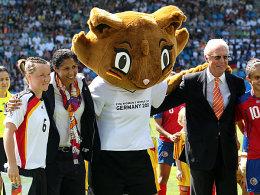 """Fußball, Frauen-Weltmeisterschaft 2011: Steffi Jones und Franz Beckenbauer stellen """"Karla Kick"""" vor."""