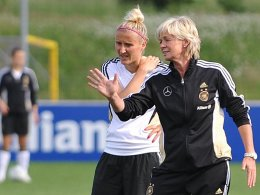 Bundestrainerin Silvia Neid (re.) und Anja Mittag
