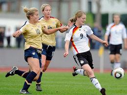 Sarah Hagen (li.), hier im Duell mit Marie Pollmann (re.) bei einem U23-Freundschaftsspiel gegen Deutschland