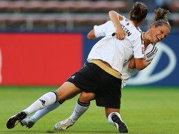 Lena Lotzen und Melanie Leupolz (re.)