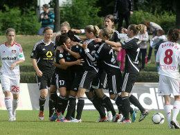 Jubeltraube: Die FFC-Spielerinnen feiern den Führungstreffer von Wich.