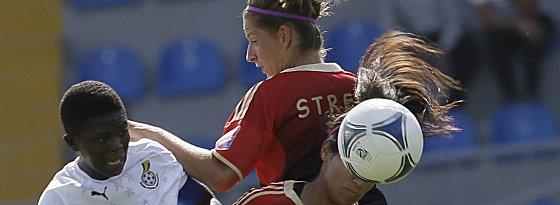Priscilla Okyere (li.) gegen Venus El-Kassem (u.) und Daria Streng.