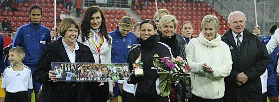 Abschied: Martina Müller (Mitte) beendete ihre Karriere im DFB-Dress.