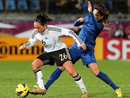Nadine Keßler gegen Frankreichs Louisa Necib (re.)