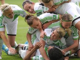 Die Spielerinnen des VfL Wolfsburg feiern die erste deutsche Meisterschaft des Vereins.