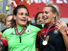 Wurden zusammen Europameister: Nadine Angerer (li.) und Lena Goeßling. Bei der Wahl zu Europas Fußballerin des Jahre kann aber bestenfalls eine der beiden den Titel abräumen.
