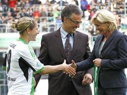 Anna Blässe, DFB-Generalsekretär Helmut Sandrock und Bundestrainerin Sylvia Neid.