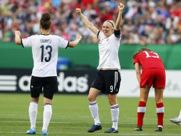 Geschafft: Sara Däbritz und Pauline Bremer bejubeln den Halbfinaleinzug gegen enttäuschte Kanadierinnen.