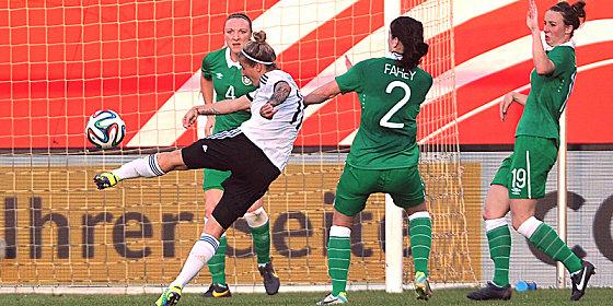 Deutschlands Anja Mittag (li.) erzielt das 2:0 im WM-Quali-Spiel gegen Irland.
