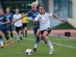 Auftaktmatch verloren: Deutschlands Fatmire Alushi (re.) gegen Schwedens doppelte Torsch�tzin Caroline Seger (li.).