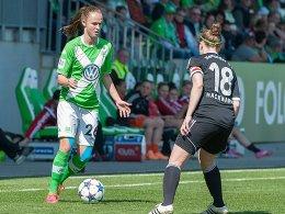 Carolin Hansen (li., VfL Wolfsburg), Lena Hackmann (re., Herforder SV)
