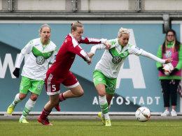 Lena Goeßling (re.) enteilt ihrer Gegenspielerin