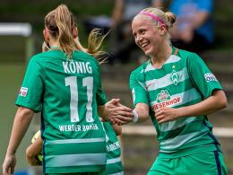 Die Spielerinnen von Werder Bremen jubeln über einen der 15 Treffer.