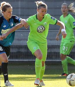 Wolfsburgs Alexandra Popp (Mitte) gegen Hoffenheims Sophie Howard