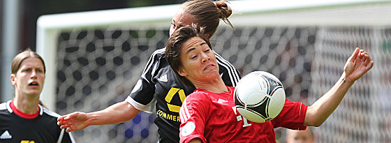 Frankfurts Gina Lewandowski im Duell mit Niki Cross (re.).