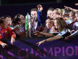 Die Hand am Champions-League-Pokal: Wolfsburg-Spielführerin Nadine Keßler.